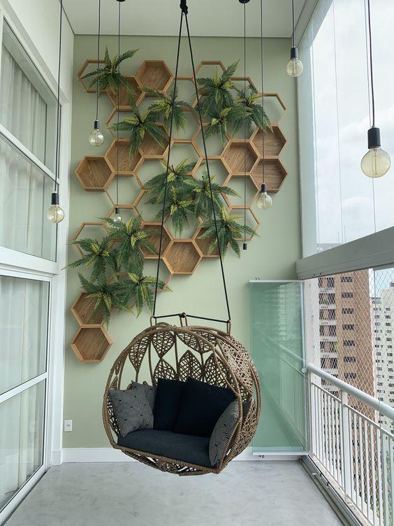 Jardim vertical em varanda em forma de colmeia