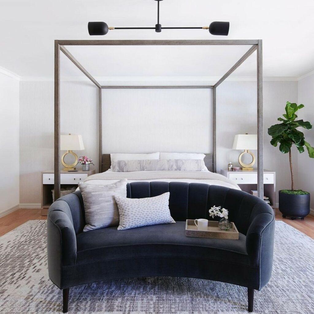 Quarto de casal planejado com estrutura metálica na cama