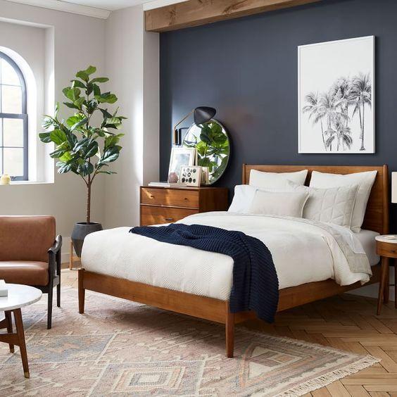 Quarto de casal planejado com parede da cabeceira da cama pintada de azul