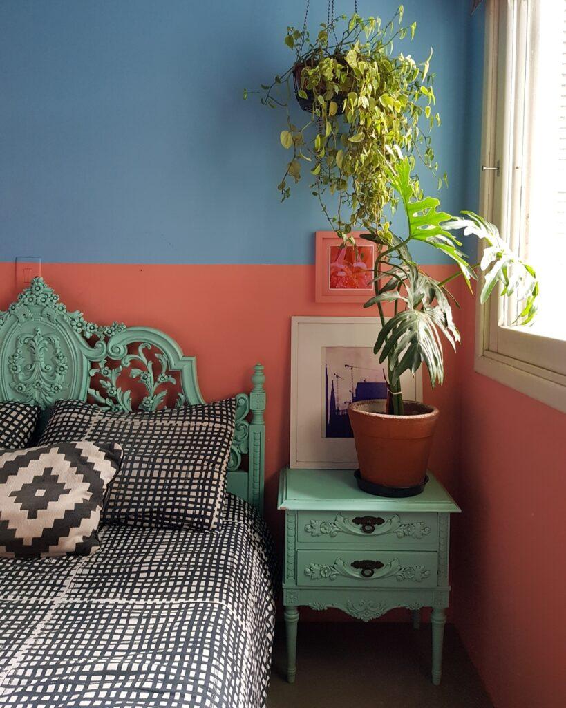 Quarto com parede pintada em rosa e azul