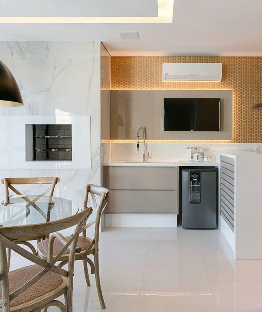 Cozinha clean com móveis planejados